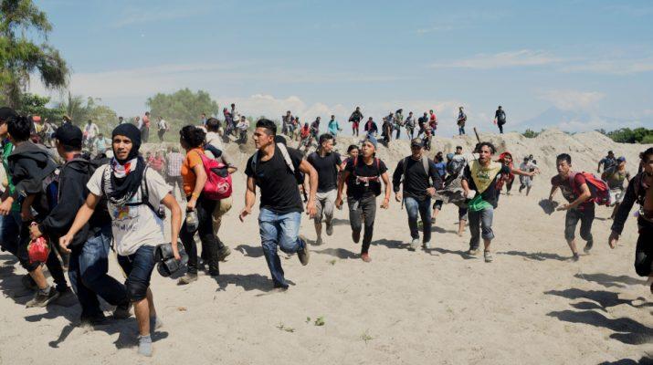 migrantes chocan con soldados mexicanos - vivomix