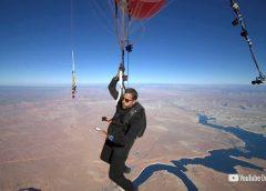El ilusionista David Blaine flota sobre el desierto de Arizona con globos de helio